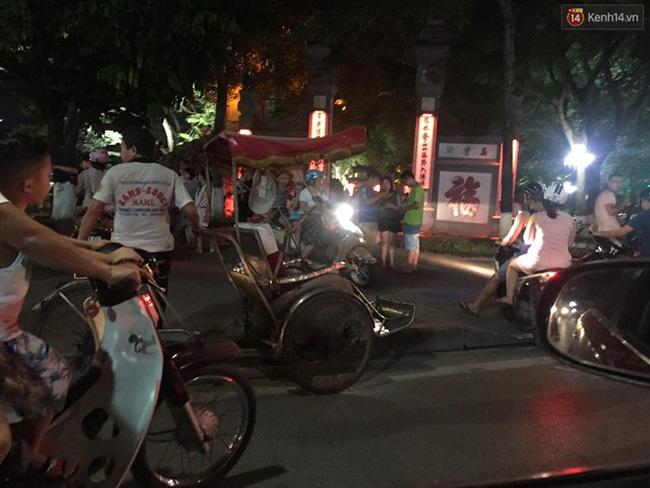 Chùm ảnh: Gần nửa đêm vẫn tắc đường vì người người đổ xô đi săn Pokemon