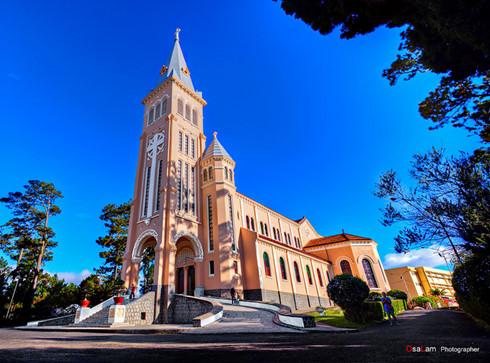 Hai nhà thờ tráng lệ ở Đà Lạt