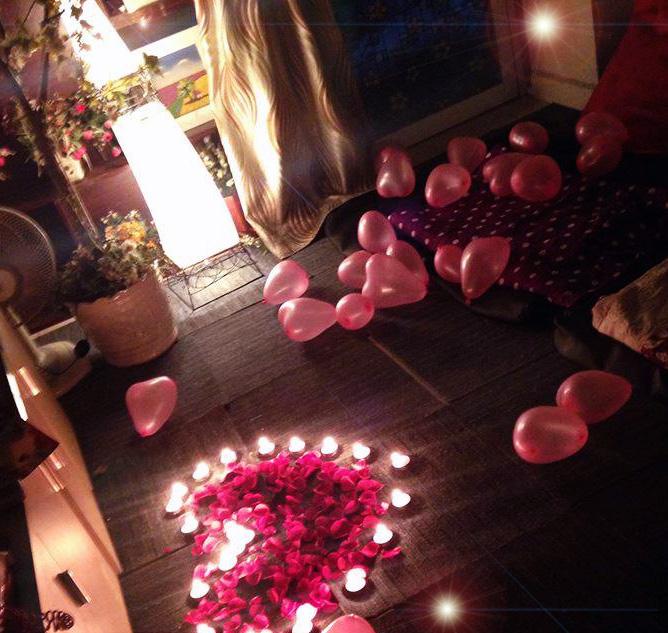đặt trái tim sinh nhật hoa và nến
